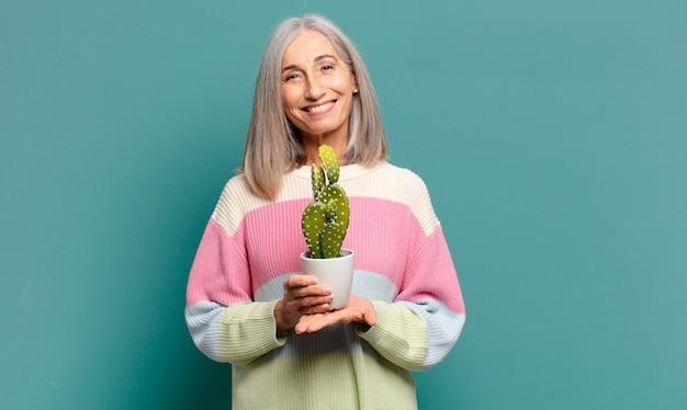 Grijs haar mooie vrouw met een cactus