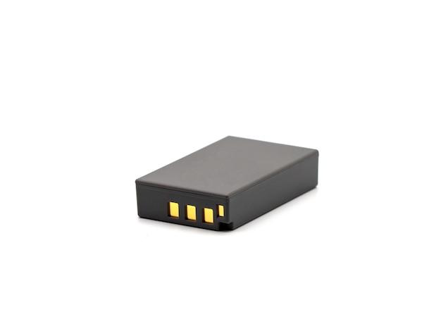 Grijs lithium ionenbatterijpak voor de camera die op witte achtergrond wordt geïsoleerd.