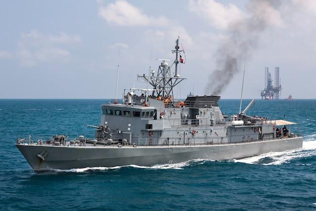 Grijs modern oorlogsschip die in het overzees varen