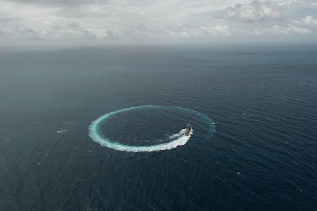 Grijs modern oorlogsschip, vanuit luchtfoto