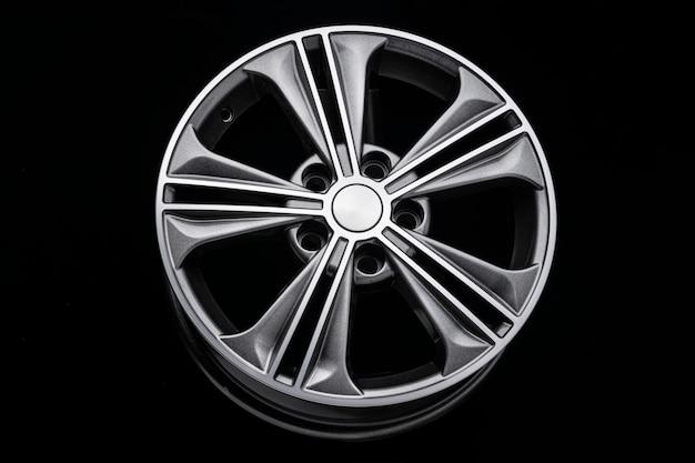 Grijs mooi modern aluminium lichtmetalen wiel