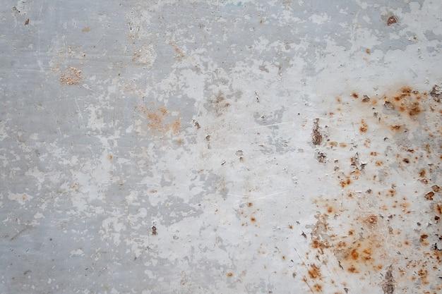 Grijs roestig metalen oppervlak met afbladderende verf