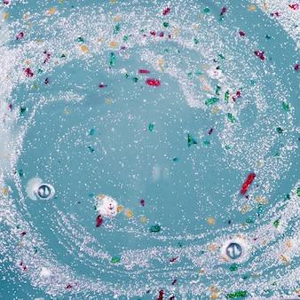 Grijs vloeistofmengsel met verschillende kruimels