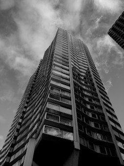Grijswaardenfoto van het gebouw
