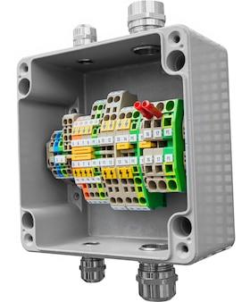 Grijze aansluitdoos met bedradingsconnectoren of aansluitblok. geïsoleerd op een witte achtergrond.