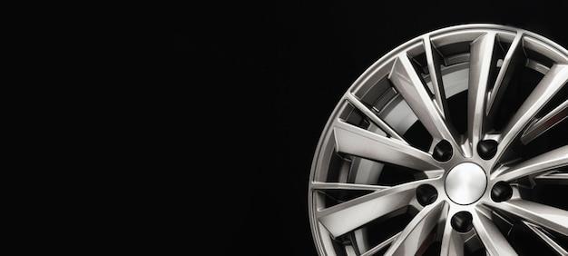 Grijze auto lichtmetalen velgen, modern design. close-up foto van het nieuwe aluminium wiel