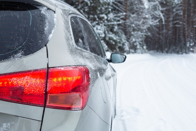 Grijze auto op de winterweg