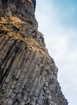 Grijze basaltkolommen dichtbij reynisdrangar strand, ijsland.