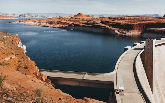 Grijze betonnen dam overdag