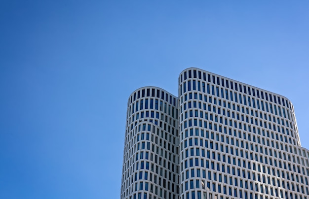 Grijze betonnen gebouwen