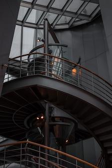 Grijze betonnen trap in gebouw