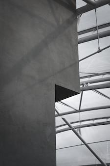 Grijze betonnen wand met glazen plafond