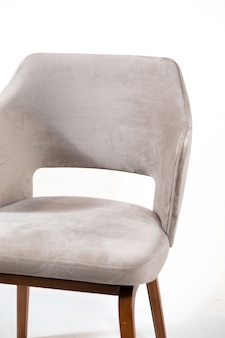 Grijze comfortabele fauteuil geïsoleerd op een witte