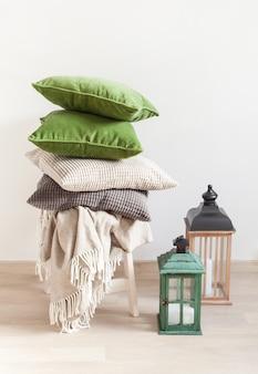 Grijze en groene kussens gezellig huis
