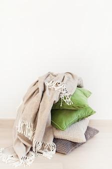 Grijze en groene kussens, gooi. gezellig huis