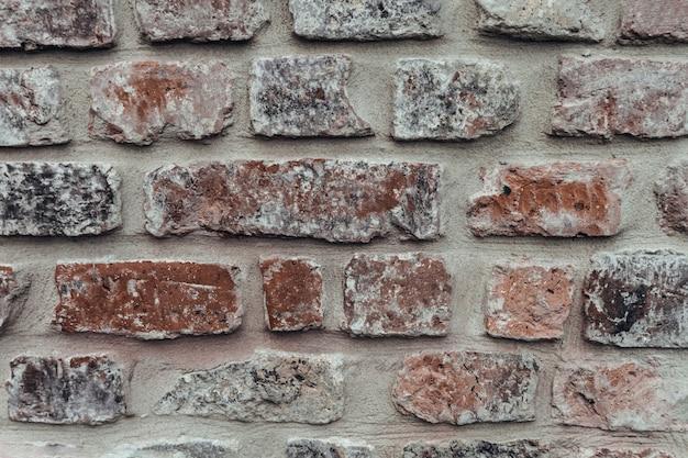 Grijze en rode bakstenen muur