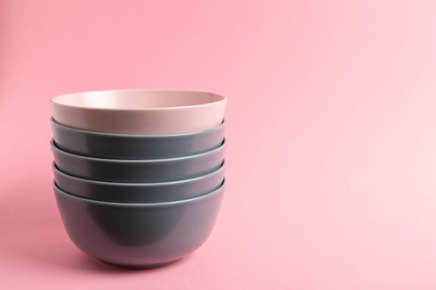 Grijze en roze gestapelde keramische kommen
