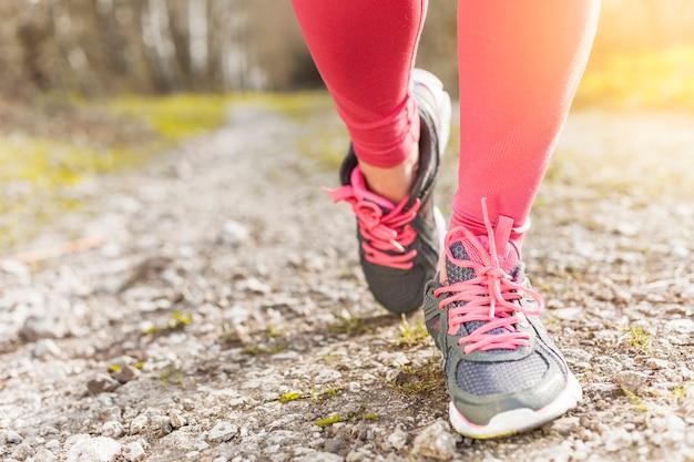 Grijze en roze sneakers op de grond