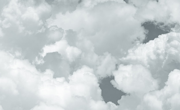 Grijze en witte pluizige wolkentextuur. close-updetail van de witte achtergrond van de wolkentextuur. zacht aanvoelend als katoen. witte gezwollen wolken. sombere en humeurige lucht. achtergrond voor dood en rust.