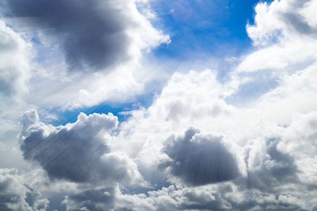 Grijze en witte wolken. mooie cumuluswolken in de blauwe hemel.