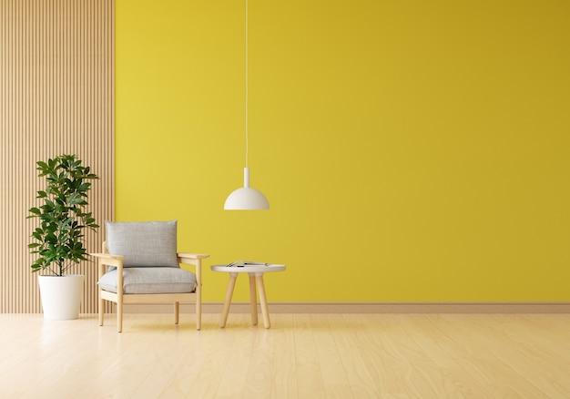 Grijze fauteuil in gele woonkamer met plant en tafel