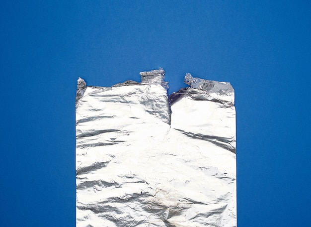 Grijze folie voor het bakken en verpakken van voedsel op een blauwe achtergrond