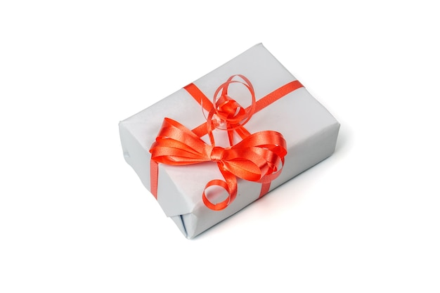 Grijze geschenkdoos geïsoleerd op een witte achtergrond.