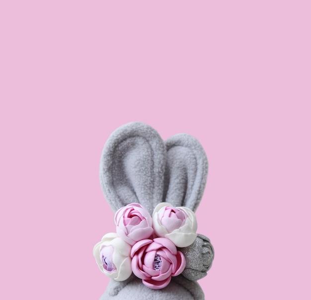 Grijze haasoren met roze bloemen.