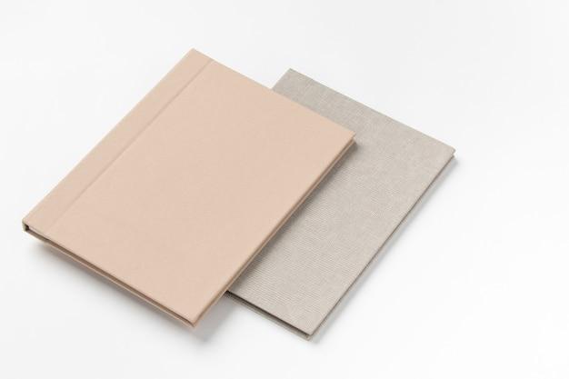 Grijze hardcover boeken, geïsoleerd op een witte achtergrond