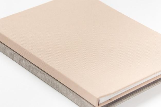 Grijze hardcover boeken op witte achtergrond. detailopname