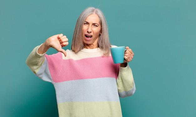 Grijze haren mooie vrouw met een kopje koffie of een thee