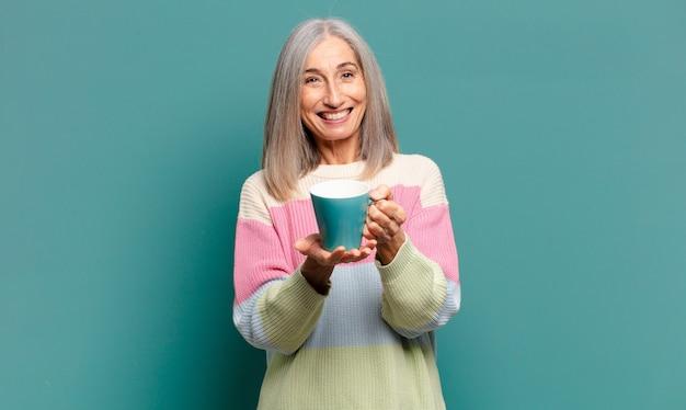 Grijze haren mooie vrouw met een kopje koffie of thee