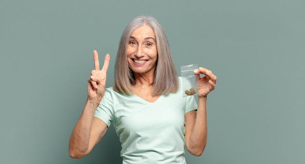 Grijze haren mooie vrouw met marihuana