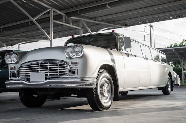 Grijze klassieke auto voor het tonen