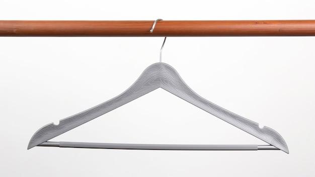 Grijze kleerhanger op een wit