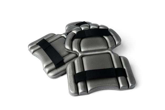 Grijze kniebeschermer - knieschijf (accessoire voor werkkleding in de bouw) geïsoleerd op een witte achtergrond.