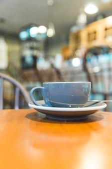 Grijze kop op houten lijst in caf�