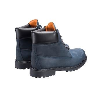 Grijze laarzen met veters op het loopvlak, lederen schoenen voor slecht weer geïsoleerd op een witte ondergrond