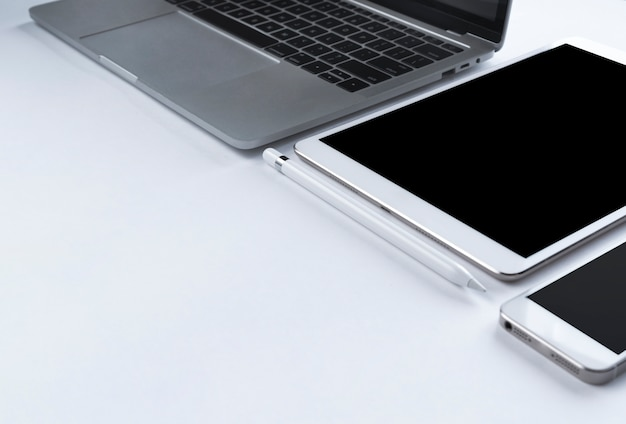Grijze laptop met elektronische gadgets
