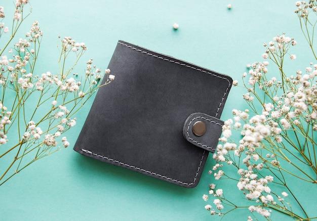 Grijze leren portemonnee op een lichtgroene ondergrond