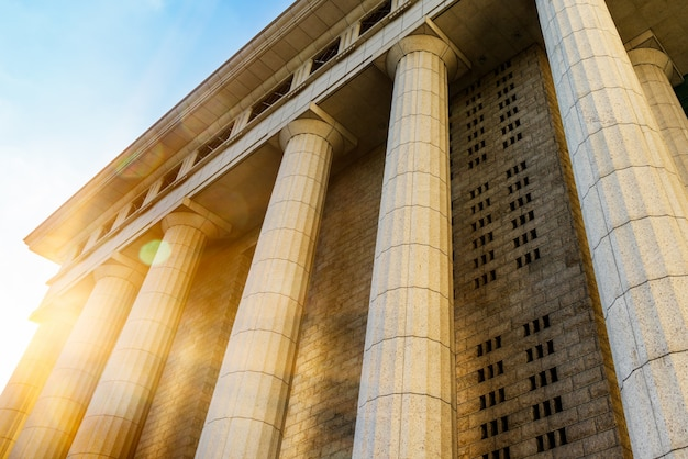 Grijze marmeren kolom details op het gebouw