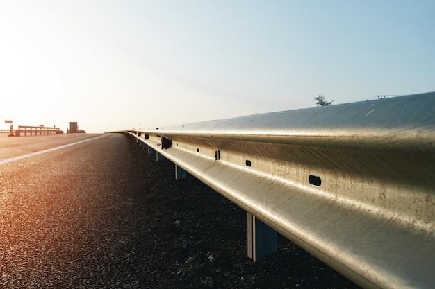 Grijze metalen bult stop op snelweg close-up