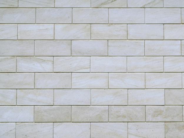 Grijze muur gemaakt van grote cementblokken.