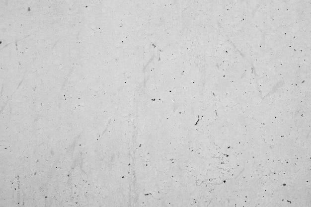 Grijze muur met donkere vlekken
