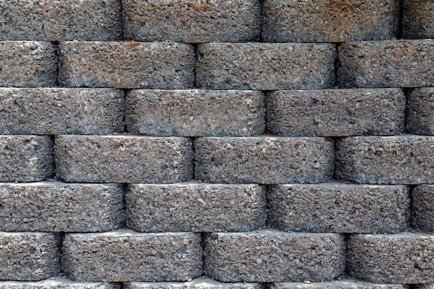 Grijze muur van donkere bakstenen op straat