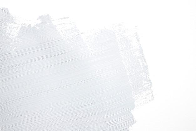 Grijze penseelstreek op de muur