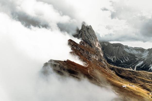 Grijze rotsachtige berg onder witte wolken overdag
