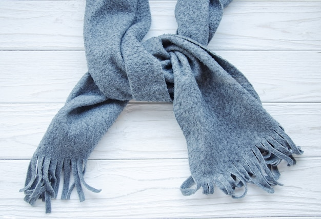 Grijze sjaal op een houten achtergrond