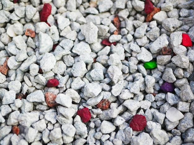 Grijze steentjes. achtergrond bestaat uit kleine grijze kiezels. met veel mogelijke toepassingen. de textuur bestaat uit kleine steentjes met een grijze tint.