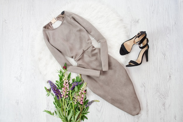 Grijze suede jurk en zwarte schoenen.
